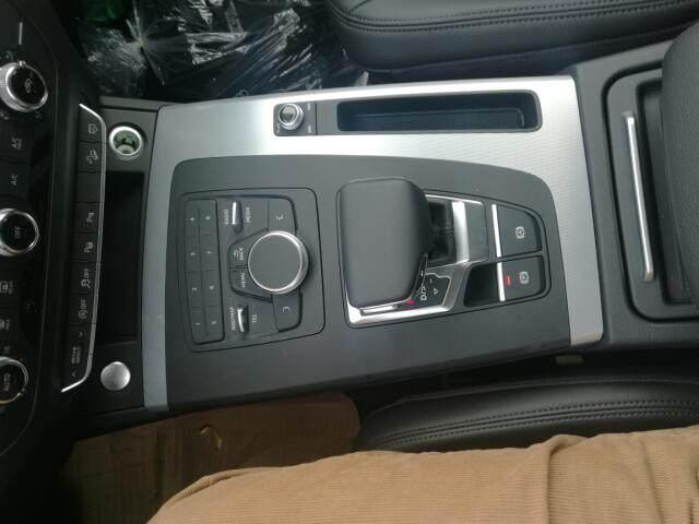 电动尾门、2.0T,七速双离合,四驱,18轮,氙灯,LED日行灯,LED尾灯,大灯清洗,后雷达,外后视镜电动调节加热,行李架,换挡拨片,一键启动,定速巡航,中控小屏,carplay,蓝牙,自动内防炫目后视镜,胎压监测,单色氛围灯,真皮座椅,10向调节带腰部支撑,奥迪音响9扬声器,小备胎,自动启停,陡坡缓降,驾驶模式选择,尾翼。